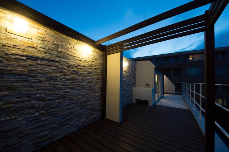 T-HOUSE/ルーフバルコニー夜景: アトリエ・ノブリル一級建築士事務所が手掛けたテラス・ベランダです。