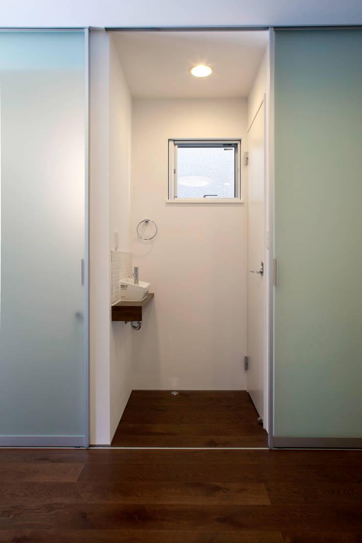 代沢の家/狭小トイレ: アトリエ・ノブリル一級建築士事務所が手掛けた浴室です。