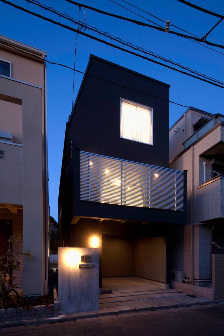 代沢の家/ファサード夜景: アトリエ・ノブリル一級建築士事務所が手掛けた家です。