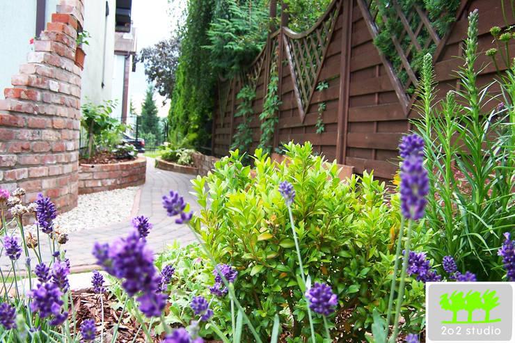 ogród z murkami ceglanymi : styl , w kategorii  zaprojektowany przez 2o2 studio