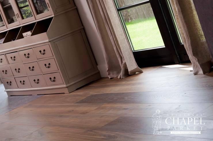 Dębowa podłoga Chapel Parket, kolor Podwójnie przyciemniany biały: styl , w kategorii Salon zaprojektowany przez Chapel Parket Polska