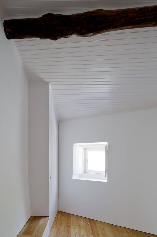 Casa em Torres Vedras: Quartos  por Atelier Central Arquitectos