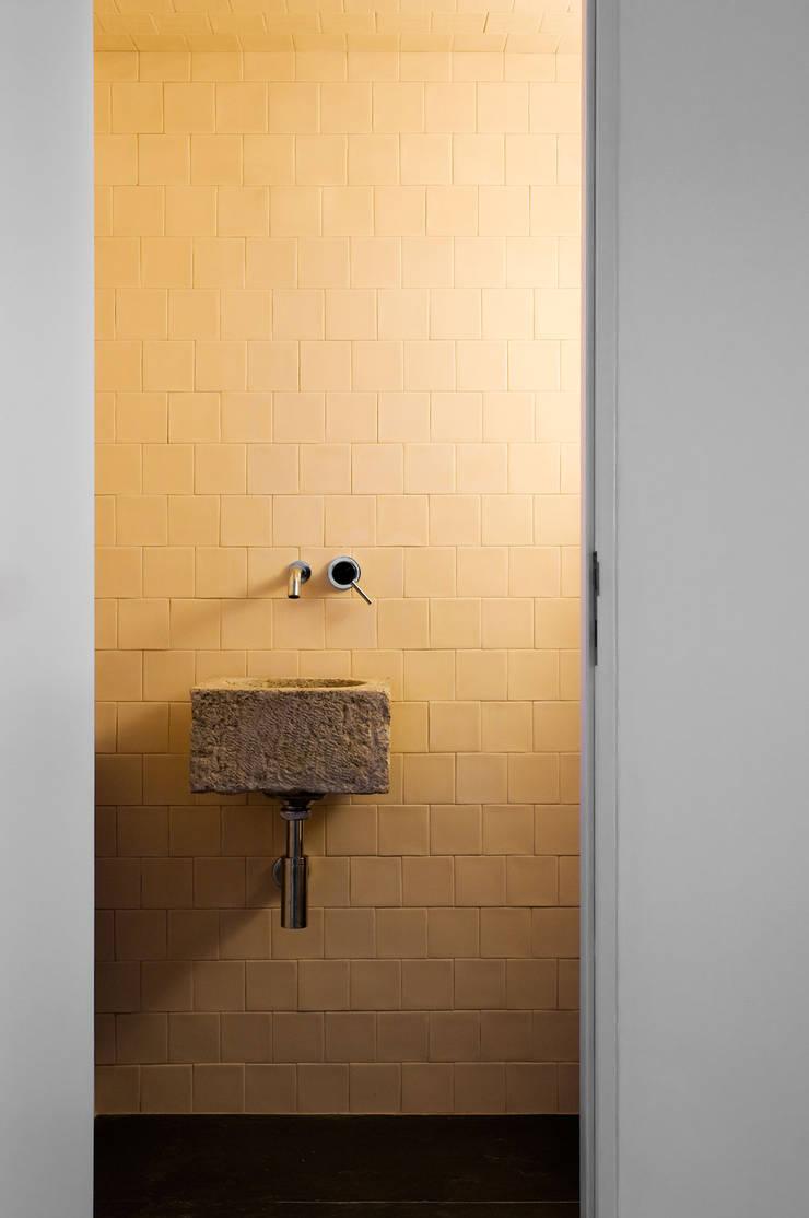 Casa em Torres Vedras: Casas de banho  por Atelier Central Arquitectos