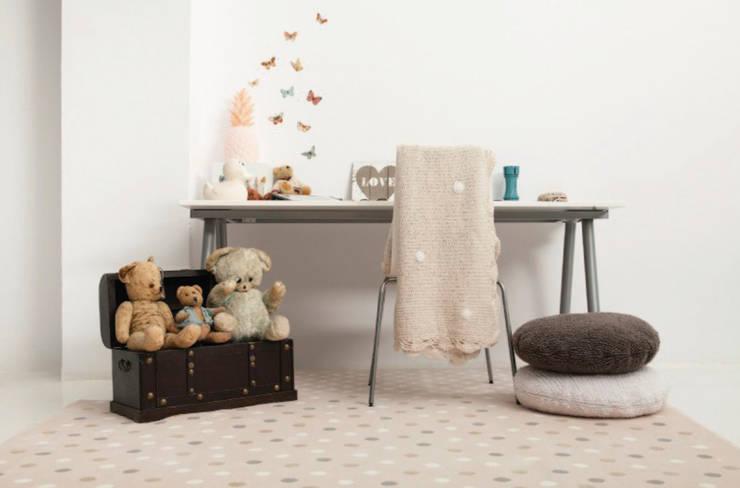 Alfombra de topos de Lorena Canals para Mamuky.com: Habitaciones infantiles de estilo  de Mamuky.com