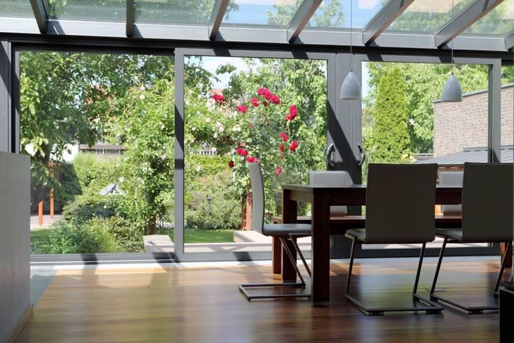 Jardines de invierno de estilo moderno por Le Verande srls