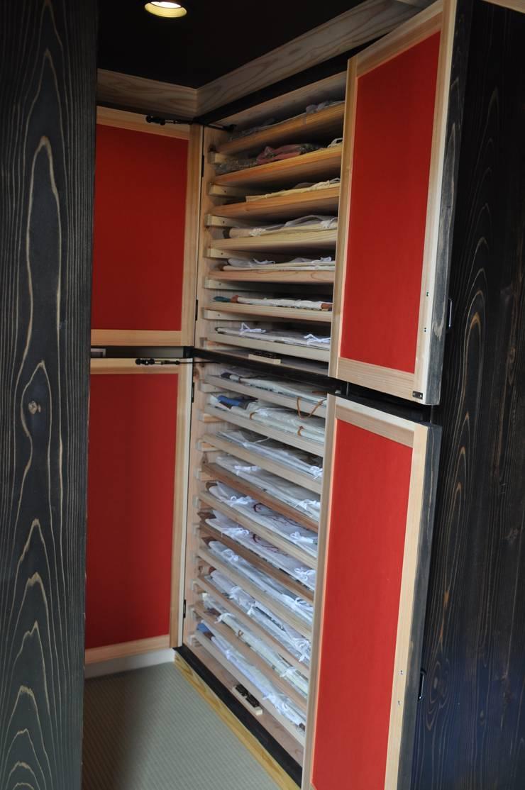 造り付着物入れ戸棚: 樹・中村昌平建築事務所が手掛けたアートです。