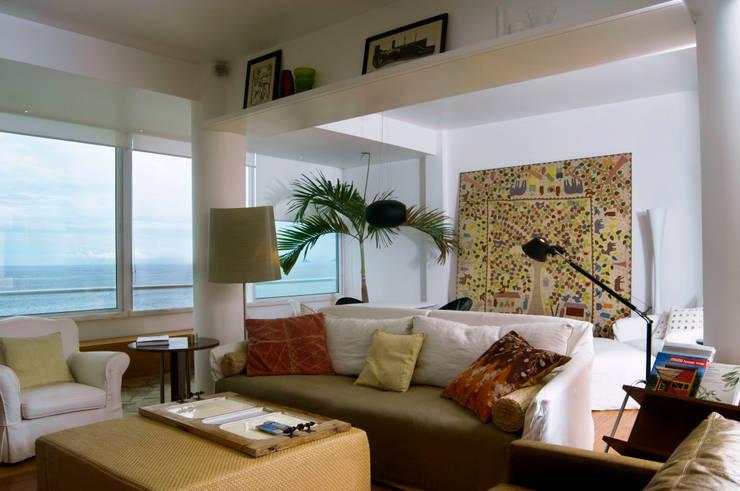 Apartamento Arpoador: Salas de estar  por Bel Castro Arquitetos