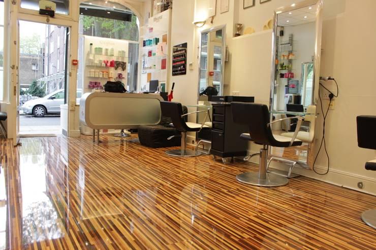 Escritórios e Espaços de trabalho  por Floorless Floors Ltd