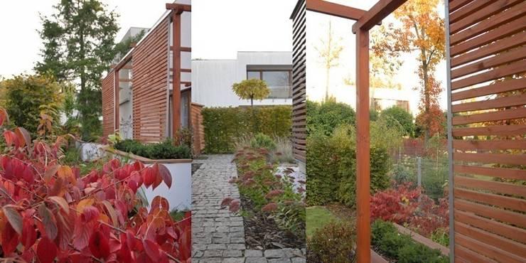 prosta pergola z drewna ma zaintstalowane ruchome żaluzje : styl , w kategorii  zaprojektowany przez Autorska Pracownia Architektury Krajobrazu Jardin ,