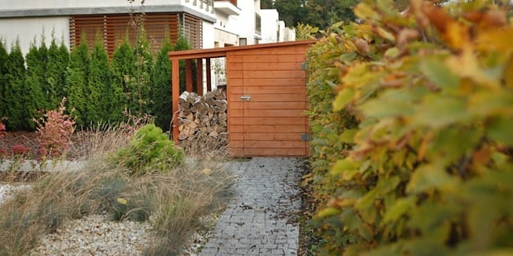 drewniany schowek: styl , w kategorii  zaprojektowany przez Autorska Pracownia Architektury Krajobrazu Jardin ,