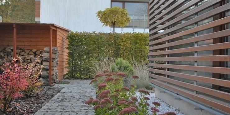 nowoczesny z ciętymi grabami: styl , w kategorii  zaprojektowany przez Autorska Pracownia Architektury Krajobrazu Jardin ,