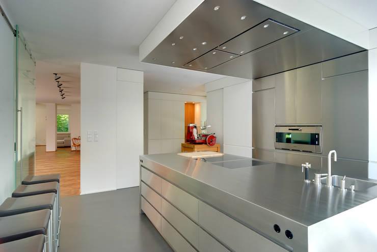 Privathaus München:  Küche von raumkontor Innenarchitektur Architektur