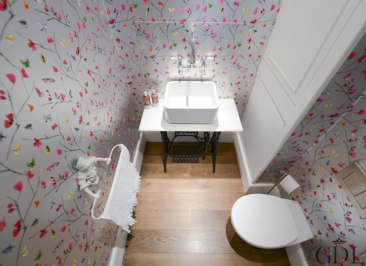 Baños de estilo clásico por Grand Design London Ltd