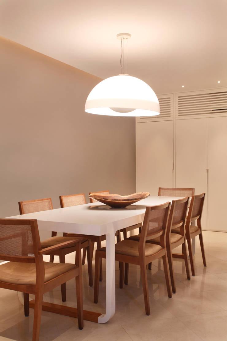 Apartamento: Salas de jantar modernas por Bel Castro Arquitetos