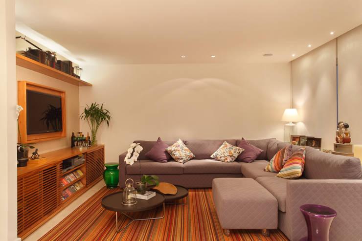 Apartamento: Salas de estar modernas por Bel Castro Arquitetos