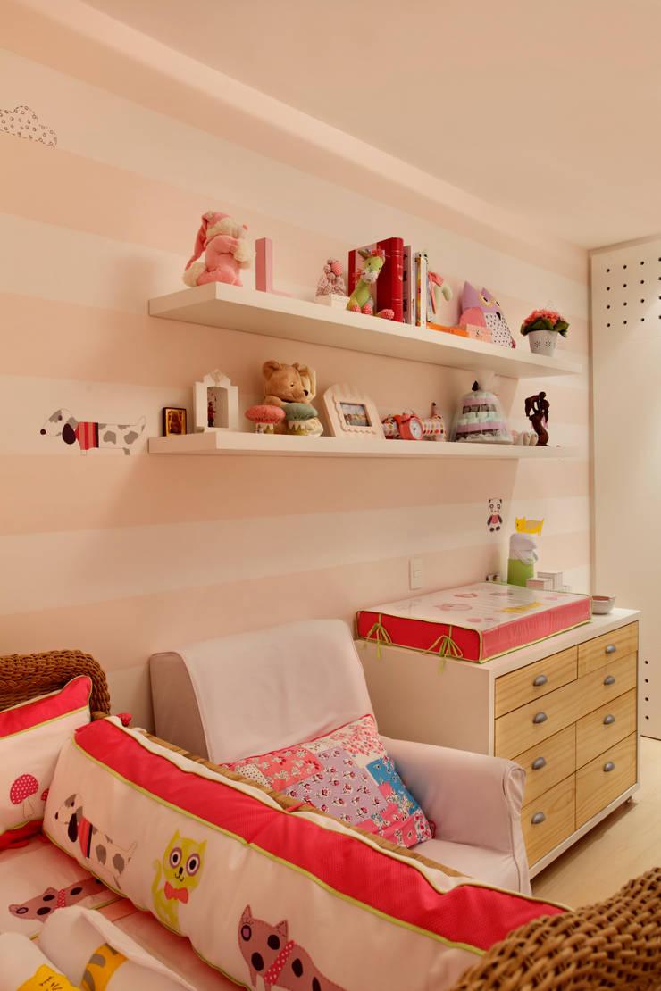 Apartamento: Quarto infantil  por Bel Castro Arquitetos