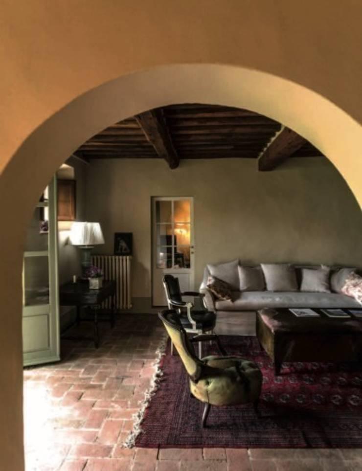Salotto: Soggiorno in stile in stile Classico di Studio Mazzei Architetti