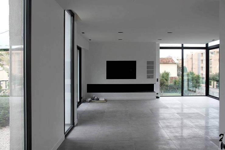 Villa N 03: Salon de style  par 2&1