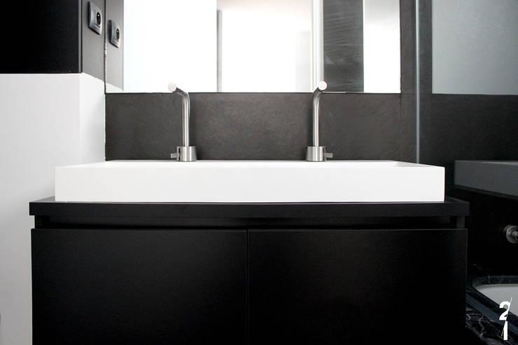 Villas R05: Salle de bain de style  par 2&1