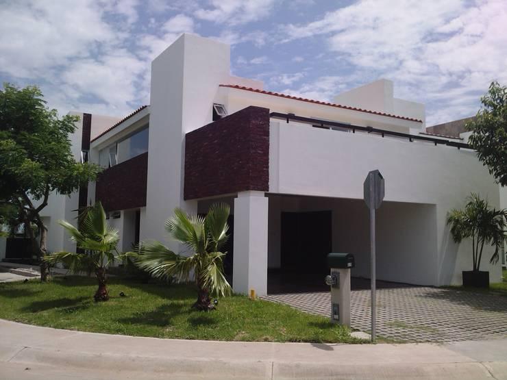 casa 319: Casas de estilo  por Hussein Garzon arquitectura