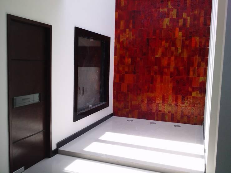 casa 319: Pasillos y recibidores de estilo  por Hussein Garzon arquitectura