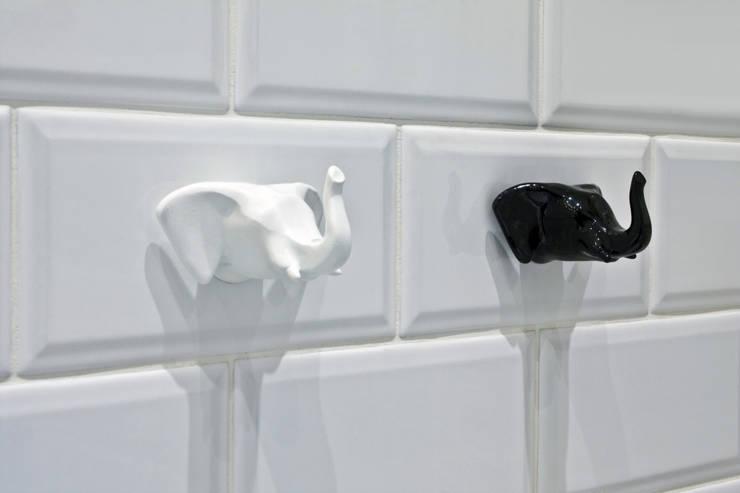 Монохромное сафари: Ванные комнаты в . Автор – O-Deco Studio