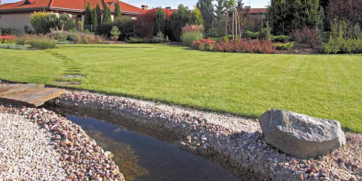 ogród wtopiony w krajobraz : styl , w kategorii  zaprojektowany przez Autorska Pracownia Architektury Krajobrazu Jardin
