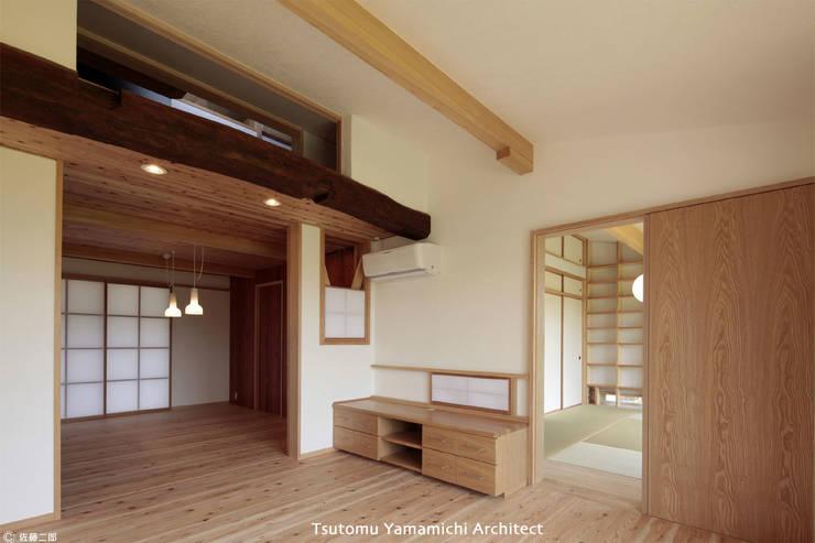 紡ぐ家 ~3世代の住まい~: 山道勉建築が手掛けたリビングです。