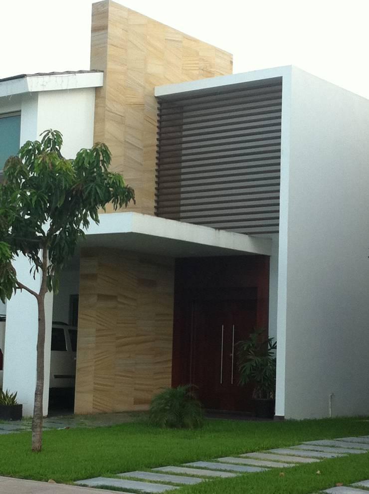 casa 329: Casas de estilo  por Hussein Garzon arquitectura