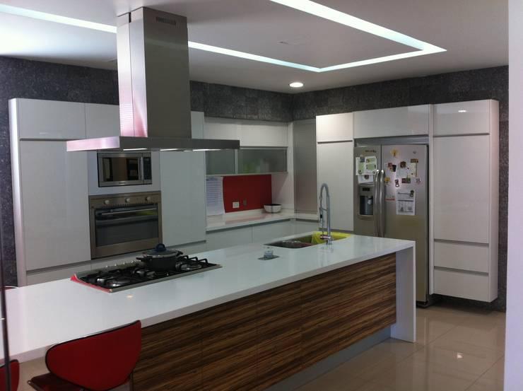 casa 329: Cocinas de estilo moderno por Hussein Garzon arquitectura