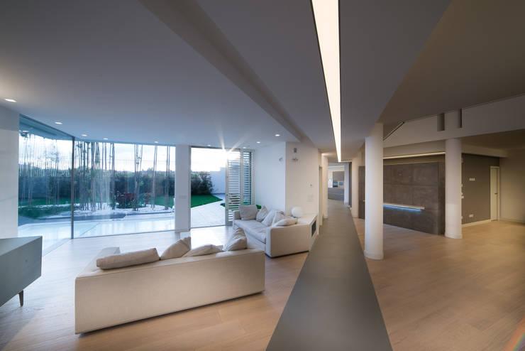 Una villa: Soggiorno in stile in stile Moderno di Mario Ferrara