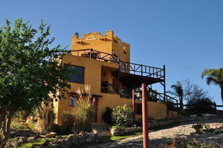 COMPLEJOS TURISTICOS: Casas de estilo rústico por CASAS&CABAÑAS by ARQ JAVIER LOYOLA