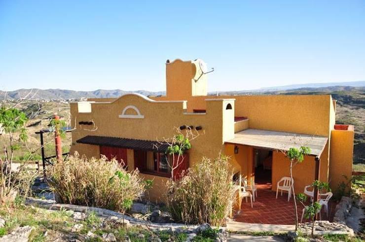 COMPLEJOS TURISTICOS: Casas de estilo  por CASAS&CABAÑAS by ARQ JAVIER LOYOLA