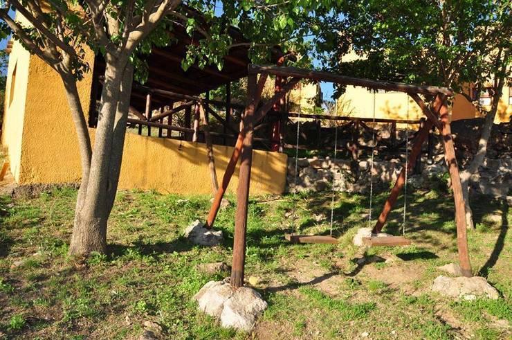 COMPLEJOS TURISTICOS: Jardines de estilo rústico por CASAS&CABAÑAS by ARQ JAVIER LOYOLA