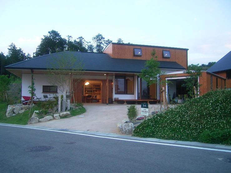 土間リビングが玄関: アトリエ優 一級建築士事務所が手掛けた家です。