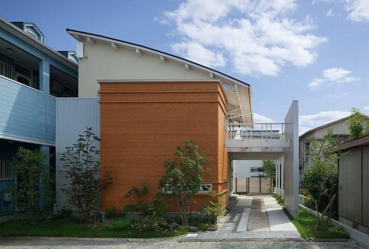 ムクリ片流れの大屋根: アトリエ優 一級建築士事務所が手掛けた家です。