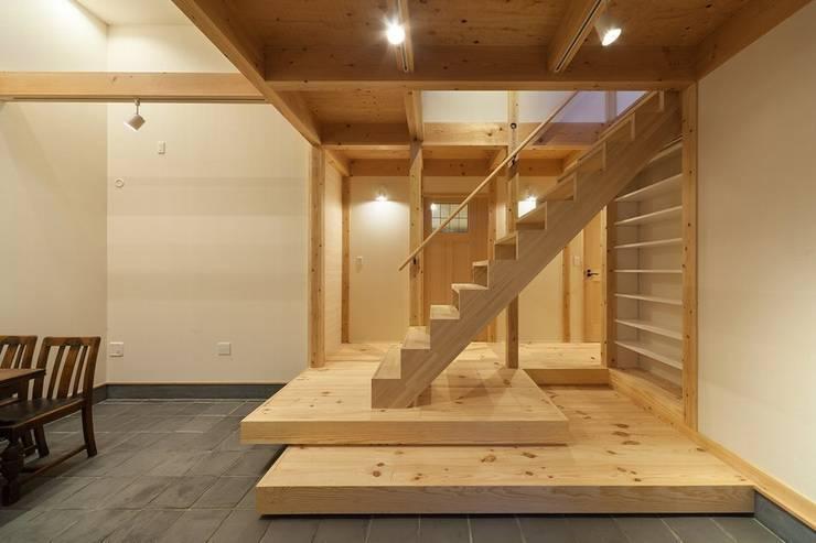 玄関土間と階段: アトリエ優 一級建築士事務所が手掛けた廊下 & 玄関です。