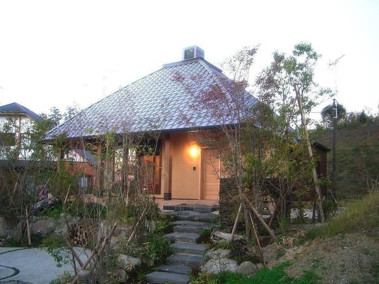 しっとり落ち着いた外観: アトリエ優 一級建築士事務所が手掛けた家です。
