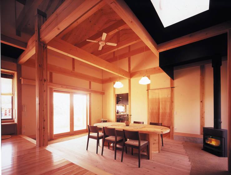 暖炉が燃える土間: アトリエ優 一級建築士事務所が手掛けた和室です。