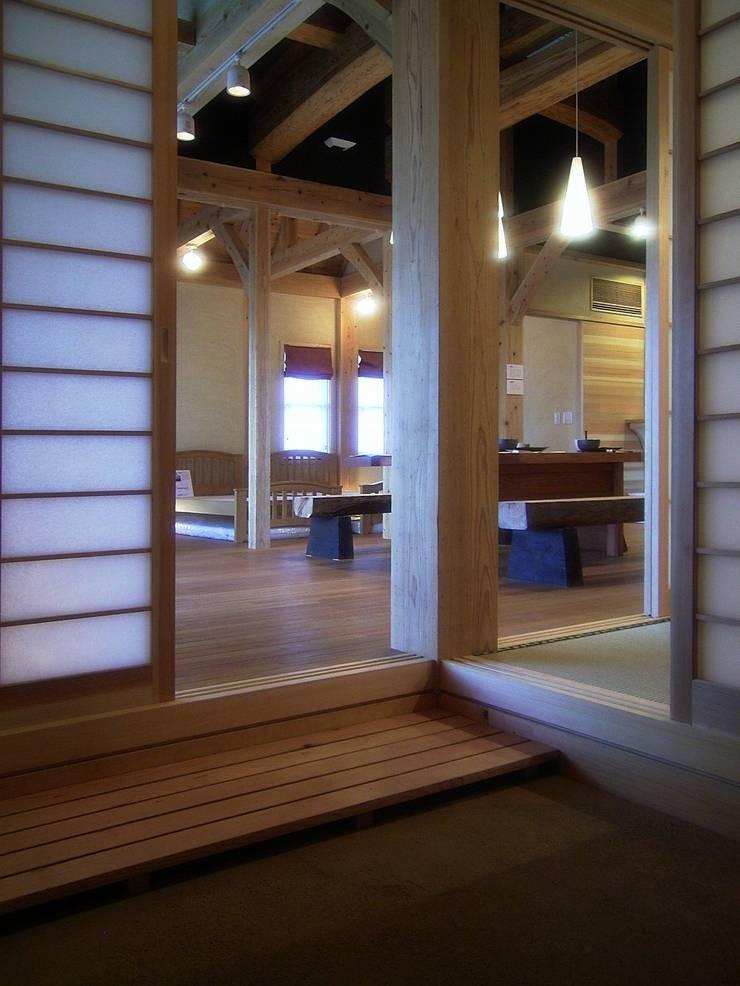 玄関の大黒柱(8寸角杉柱): アトリエ優 一級建築士事務所が手掛けた壁です。,
