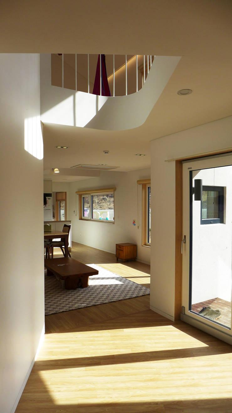 1층 거실: 삼간일목 (Samganilmok)의  거실
