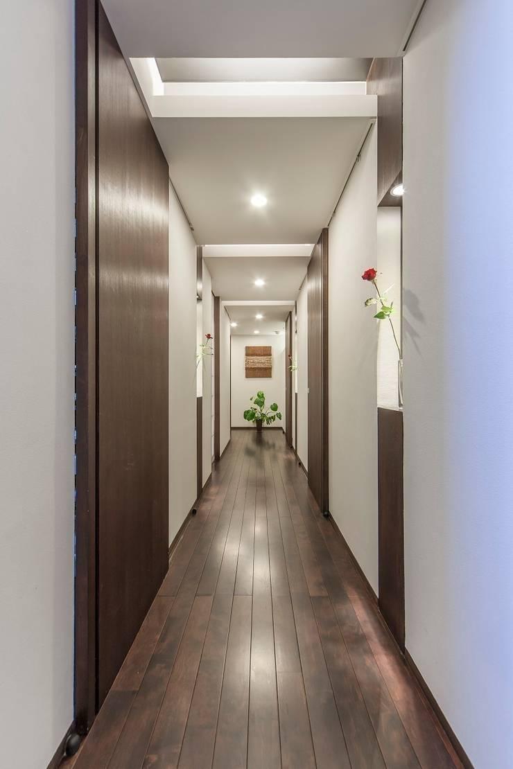 O邸廊下: 株式会社 斎藤政雄建築事務所が手掛けた廊下 & 玄関です。