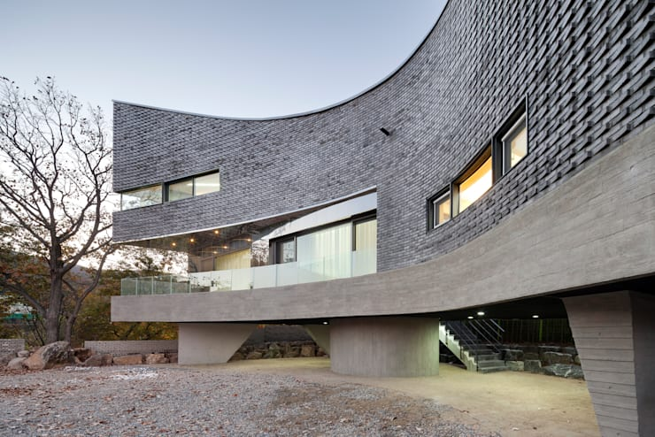 The Curving House: JOHO Architecture의  주택
