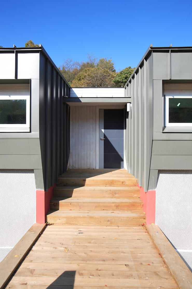 좌우대칭 커플룸: 주택설계전문 디자인그룹 홈스타일토토의  복도 & 현관,모던