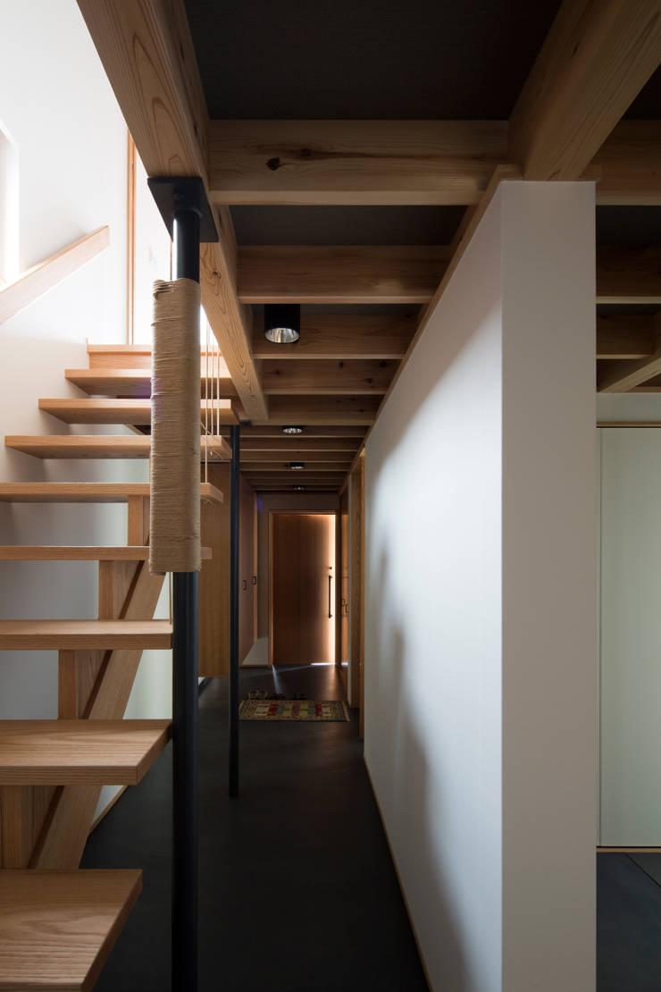 街道沿いの家: TRANSTYLE architectsが手掛けた廊下 & 玄関です。,モダン