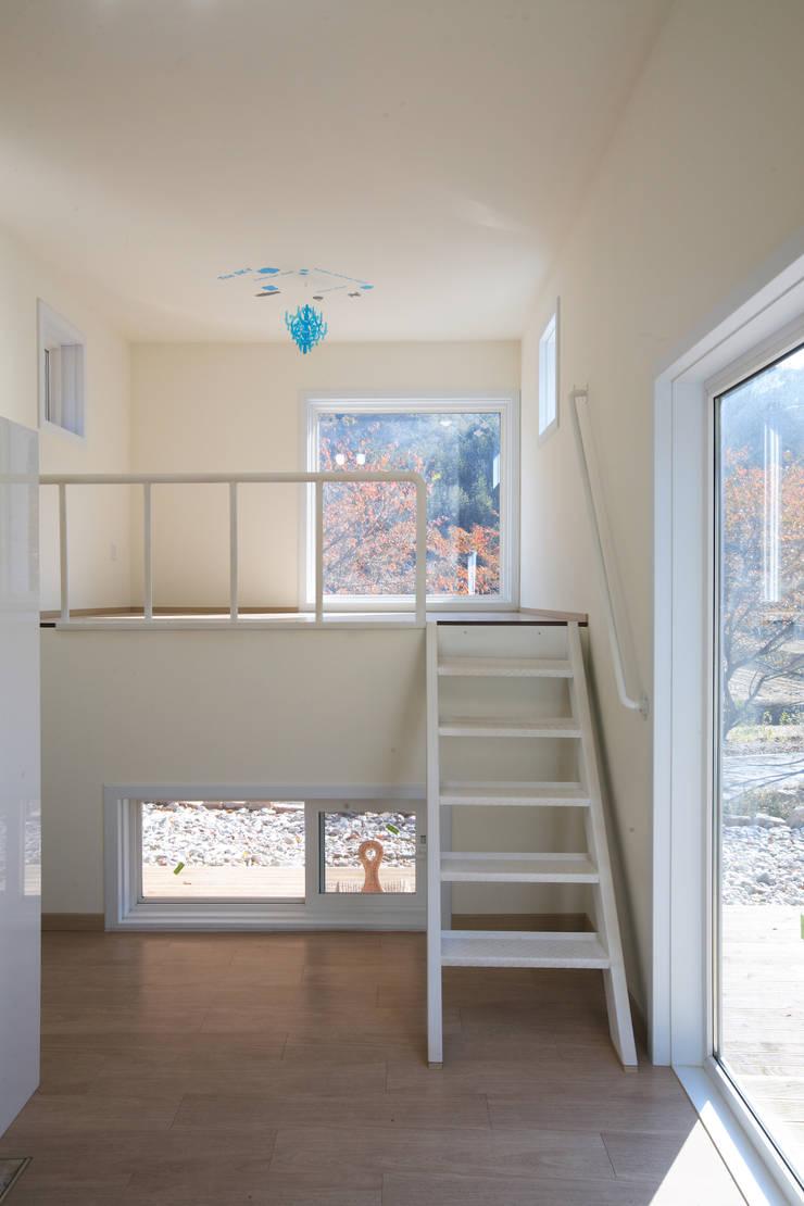 독립동 복층실내: 주택설계전문 디자인그룹 홈스타일토토의  침실,모던