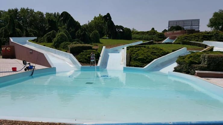Gardaland Waterpark: Piscina in stile in stile Moderno di mav piscine srl