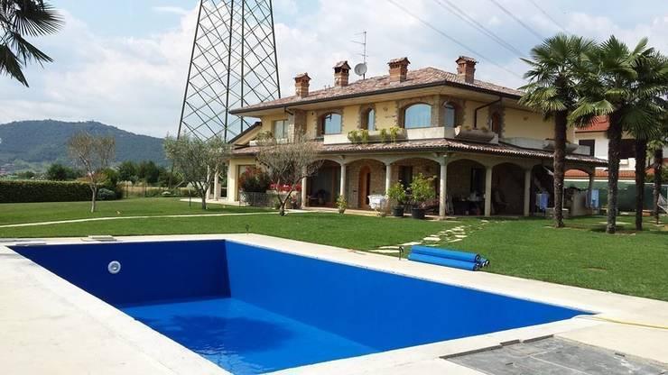 Piscina Privata: Piscina in stile in stile Rustico di mav piscine srl