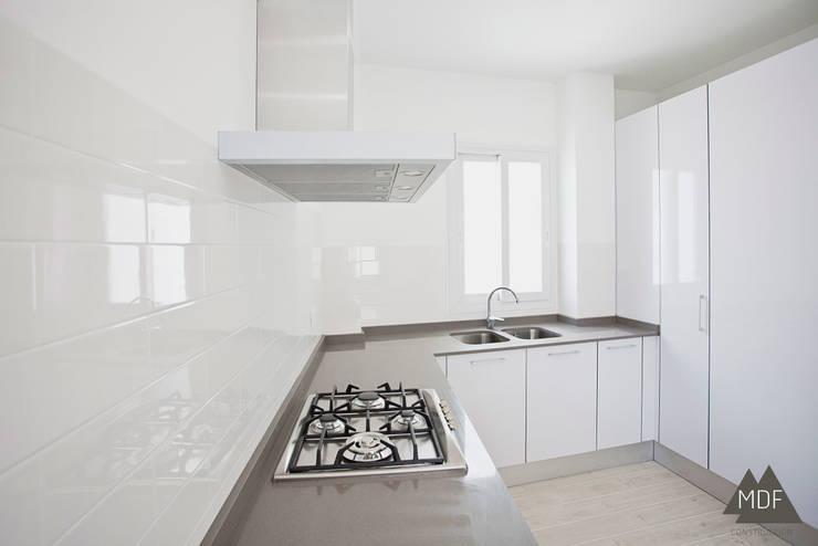 Cocina reforma vivienda Ruzafa (Valencia): Cocinas de estilo  de MDF CONSTRUCCION
