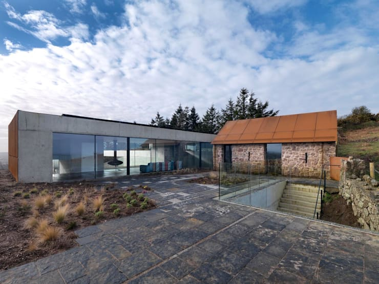 Stormy Castle:  Houses by LOYN+CO ARCHITECTS
